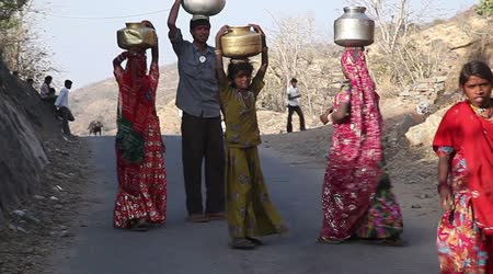Indiánská vesnice dívky nesou džbány s vodou
