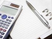 Pera a kalkulačka s prázdný Poznámkový blok