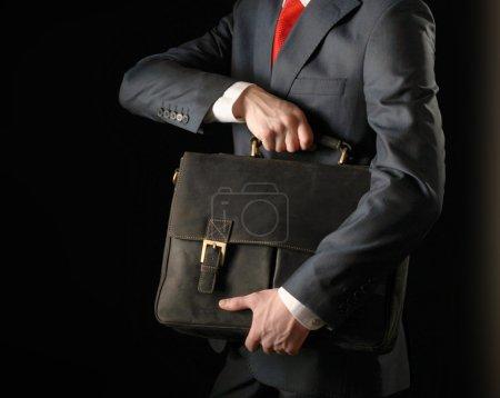 Photo pour Portrait d'homme d'affaires prospère avec sac - image libre de droit
