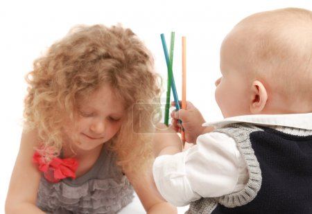 Photo pour Heureux petits enfants dessin aux crayons à la maison - image libre de droit