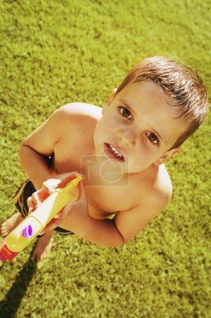 Photo pour Enfant jouant avec un pistolet à eau - image libre de droit