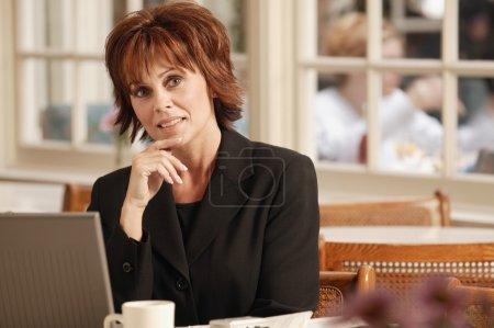 Photo pour Femme d'affaires dans le café avec ordinateur portable - image libre de droit