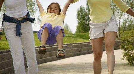 Photo pour Enfant s'amuser avec les parents - image libre de droit