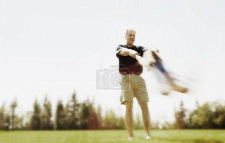 Photo pour Père balançant enfant autour - image libre de droit