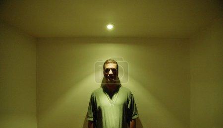 Photo pour L'homme sous une lumière vive - image libre de droit