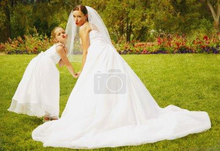 Photo pour Mariée et demoiselle - image libre de droit