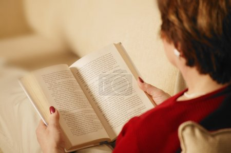 Photo pour Femme lit un livre - image libre de droit