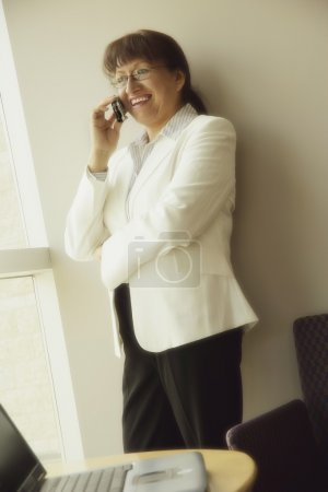 Photo pour Femme d'affaires, parler au téléphone - image libre de droit