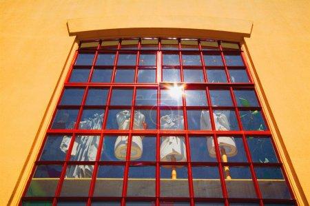Photo pour Affichage de fenêtre des mannequins de tailleurs habillés - image libre de droit