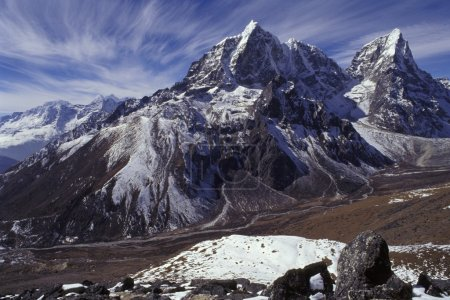 Photo pour Chaîne de montagnes avec vallée en avant-plan - image libre de droit
