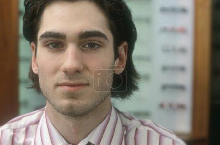 Photo pour Portrait d'un jeune homme - image libre de droit