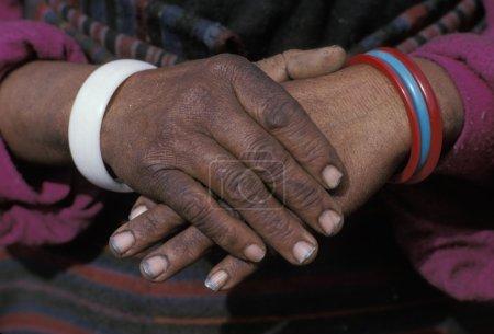 Photo pour Mains ethniques pliées - image libre de droit