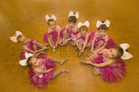 Photo pour Un groupe de jeunes danseurs - image libre de droit
