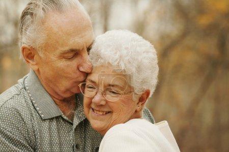 Photo pour Couple baiser - image libre de droit