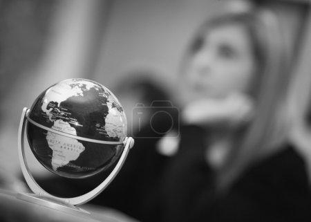 Photo pour Globe terrestre en salle de classe - image libre de droit