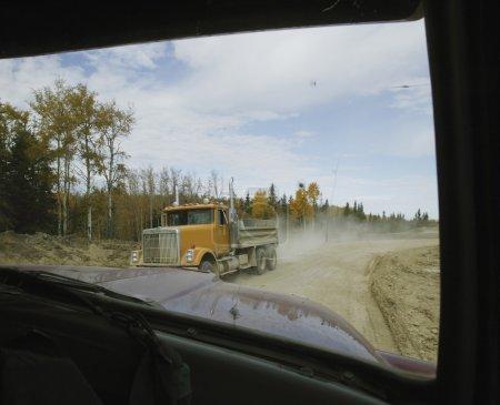 Photo pour Camions de travail qui se croisent - image libre de droit