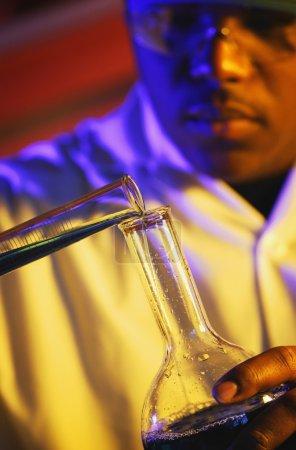 Photo pour Un scientifique dans un laboratoire - image libre de droit