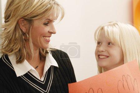 Photo pour Fille montrant dessin à sa mère - image libre de droit