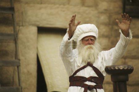 Photo pour Le prêtre avec bras tendus - image libre de droit