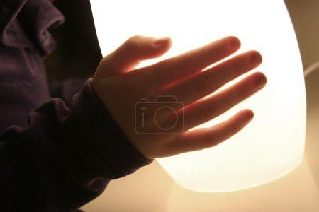 Photo pour Quelqu'un portant une lampe - image libre de droit