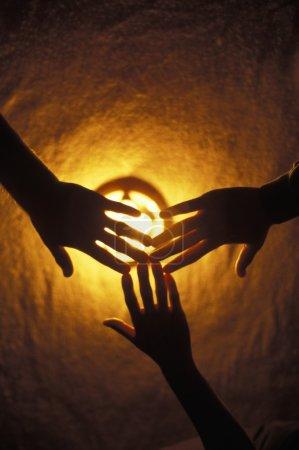 Photo pour Mains sur la lumière - image libre de droit