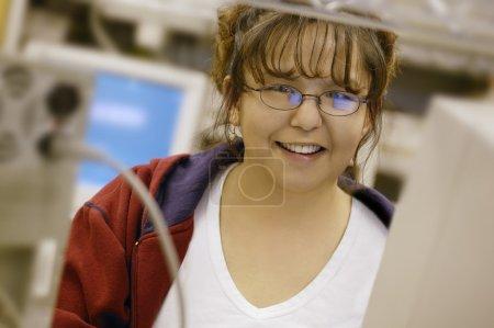 Photo pour Femme devant un ordinateur - image libre de droit