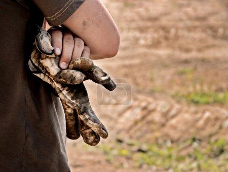 Photo pour Homme avec des gants portés dans la main - image libre de droit