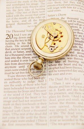 Photo pour À l'intérieur de la montre de poche sur la bible - image libre de droit