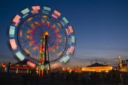 Photo pour Grande roue dans la soirée - image libre de droit