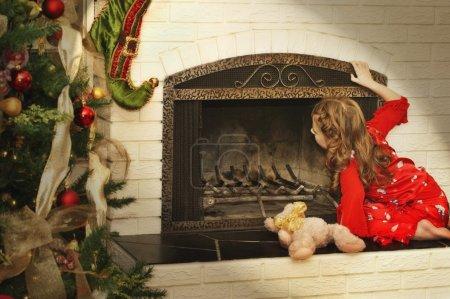Photo pour Fille vérifie pour le Père Noël - image libre de droit