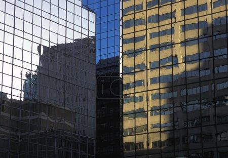 Photo pour Bâtiments et réflexions en verre - image libre de droit