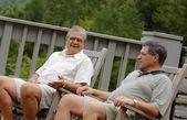 Dva muži Chat na terase