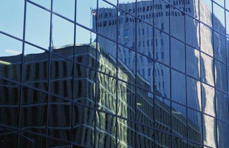 Photo pour Deux bâtiments reflétés dans un autre - image libre de droit