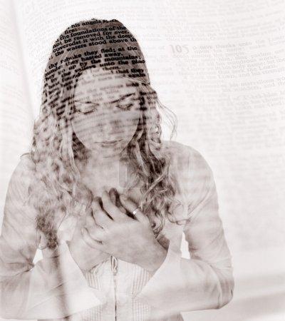 Photo pour Prier avec la superposition biblique - image libre de droit