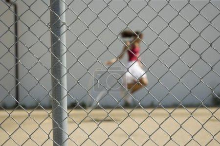 Photo pour Fille sauter à une aire de jeux - image libre de droit
