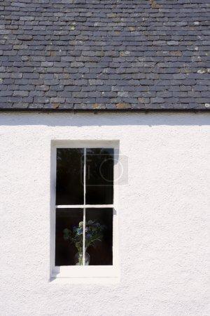 Photo pour Fenêtre sur l'extérieur du bâtiment - image libre de droit