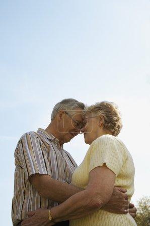 Photo pour Couple de personnes âgées Faire place à - image libre de droit