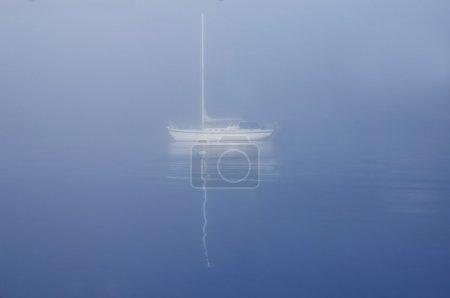 Photo pour Voilier à la dérive sur l'eau - image libre de droit