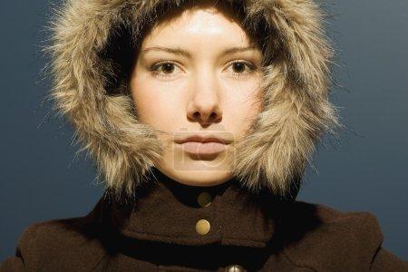 Photo pour Jeune femme au manteau d'hiver - image libre de droit