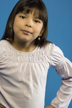 Photo pour Fille avec les mains sur les hanches - image libre de droit