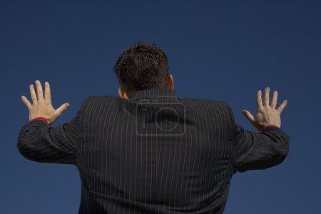 Photo pour Homme avec les mains tendus - image libre de droit