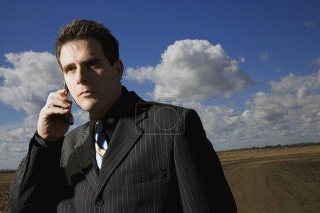 Photo pour Homme d'affaires sur téléphone portable - image libre de droit