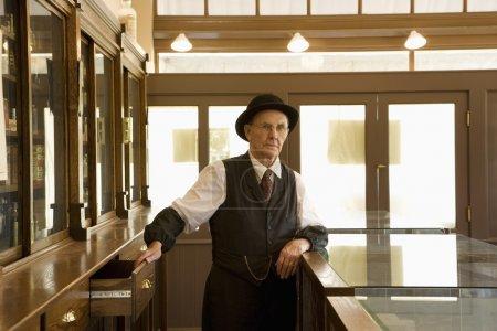 Photo pour Homme en vêtements à l'ancienne - image libre de droit