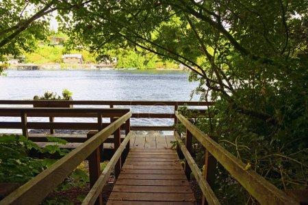 Photo pour Pont en bois à l'eau - image libre de droit