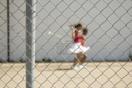 Photo pour Les filles sauter au-delà d'une clôture - image libre de droit