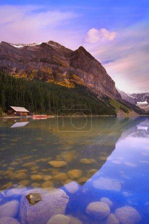 Photo pour Cabine sur Lake Louise, Alberta, Canada - image libre de droit