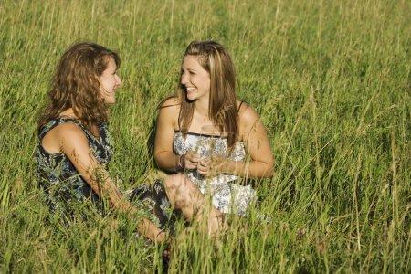 Photo pour Deux jeunes femmes de parler dans le champ - image libre de droit