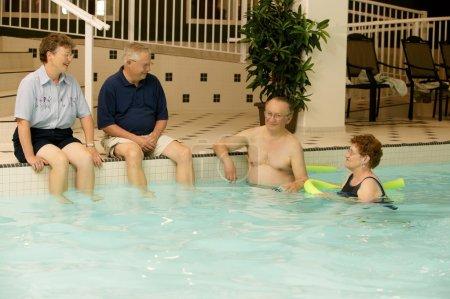Photo pour Aînés dans une piscine - image libre de droit