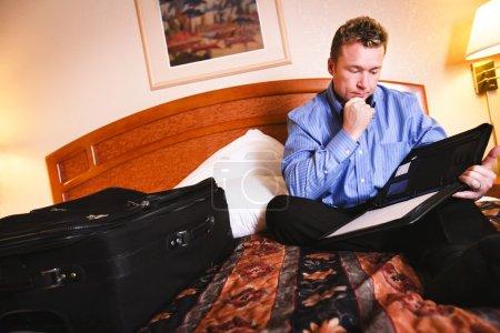 Photo pour Un homme d'affaires examinant quelques notes - image libre de droit