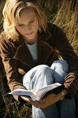mujer leyendo la Biblia